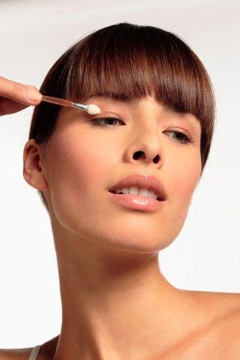 Kendi yaş grubunuza uygun kozmetik ve kremlerden kullanın. Tercihinizi doğal özlerden ve minerallerden yapılmış hafif ürünlerden yana kullanın.